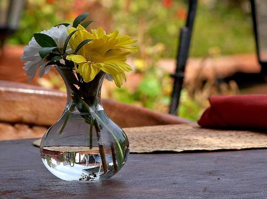 800px-Flowers_tables_vase